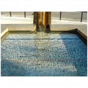 Fontana - Dettaglio della vasca in marmo grigio imperiale, sul fondo mosaico con sassi di fiume