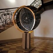 Terra / Mare - Bronzo, fusione a cera persa con inserimento in vetro di Murano - ⌀ 110 cm + h 170 cm - Capitaneria di Porto di Monfalcone, 1998