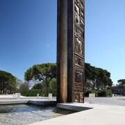 Fontana - Bronzo, fusione a cera persa; Vasca in marmo grigio imperiale, sul fondo mosaico con sassi di fiume - h 600x70x70 cm - 2007 - Ca' Savio (VE)