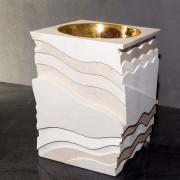 Fonte battesimale - Pietra gialla di Trani e catino in metallo bagnato dorato - 70x70x90 cm - 2017 - Chiesa Maria Immacolata, Pedara (CT)